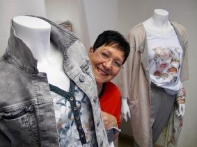 Die begeisterte Mitarbeiterin Kornelia Simon-Ipelkofer inmitten der neuen Trends. Frühjahr 2018