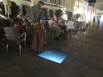 "Catrin Bolt (Österreich), ""Bayern 1 (Flackern), Videoinstallation Neupfarrplatz (Foto: donumenta)"