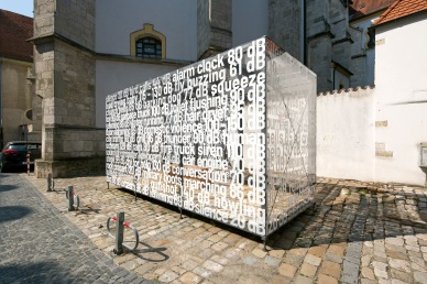 "Alena Foustková (Tschechien), ""The Cell: Sound of Silence, Alter Kornmarkt in Regensburg (Foto: donumenta)"