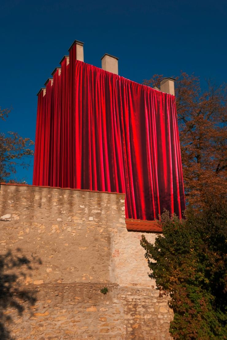"""""""The History Theatre"""" der bulgarischen Künstlerin Borjana Ventzislavova (Fotomontage donumenta)"""