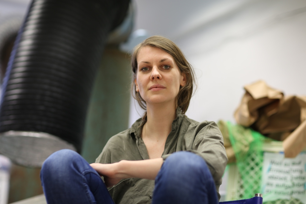 """Catharina Szonn ist Künstlerin aus Frankfurt am Main. In ihrer Regensburger Ausstellung """"High Noon"""" im donumenta ART LAB Gleis 1 zeigt sie kinetische Dystopien."""